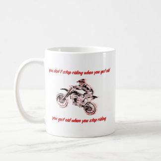 No pare el montar de la taza del motocrós de la