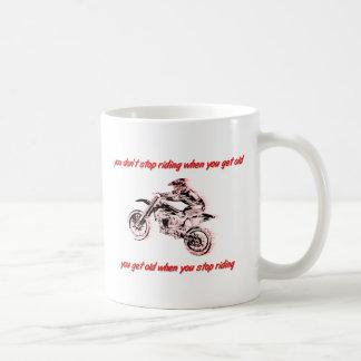 No pare el montar de la taza del motocrós de la bi