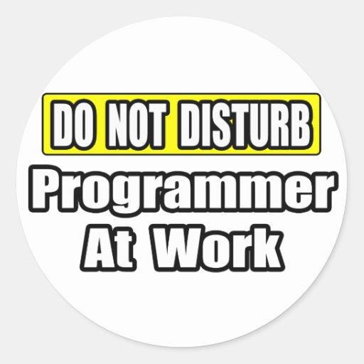 No perturbe… el programador en el trabajo pegatinas redondas