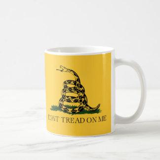 No pise en mí, fiesta del té de la bandera de taza básica blanca
