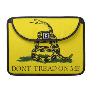 No pise en mí la bandera americana de Gadsden Fundas Para Macbooks