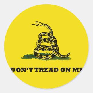 No pise en mí la bandera del gadston pegatina redonda