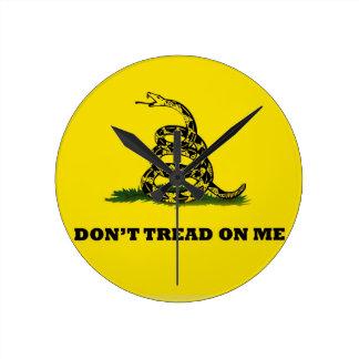 No pise en mí la bandera del gadston reloj redondo mediano