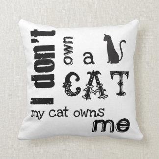 No poseo un gato que mi gato me posee - cojín