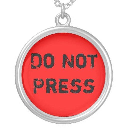 No presione el collar del botón rojo