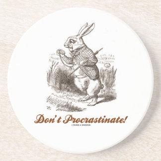 ¡No procrastine! (Conejo blanco) Posavasos De Arenisca