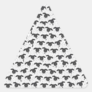 No puede dormir, después no cuenta ovejas pegatina triangular