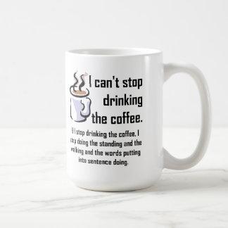 No puede parar la taza divertida del café