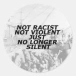 No racista, no violento, apenas no más silencioso pegatina redonda