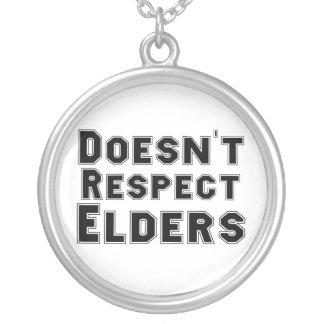 No respeta el collar de las ancianos
