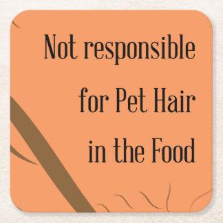 No responsable de pelo del mascota en la comida posavasos de cartón cuadrado