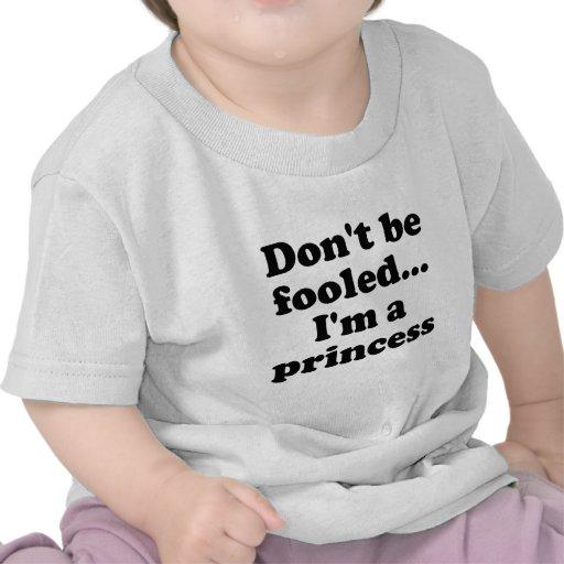 No se engañe… Im una princesa Camisetas