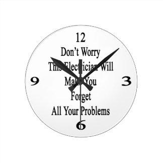 No se preocupe a este electricista hará que usted reloj redondo mediano