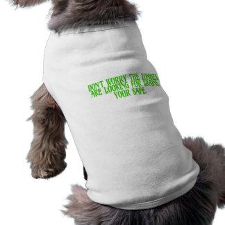 No se preocupe a los zombis están buscando cerebro camisetas de perro