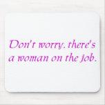 No se preocupe allí es una mujer en el trabajo tapetes de ratón