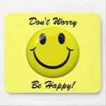 ¡No se preocupe sea feliz! Cara sonriente Mousepad