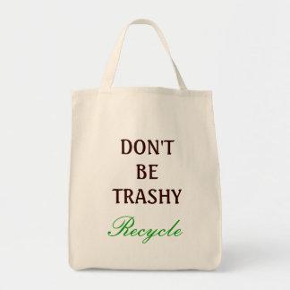 No sea inútil, reciclan bolsa
