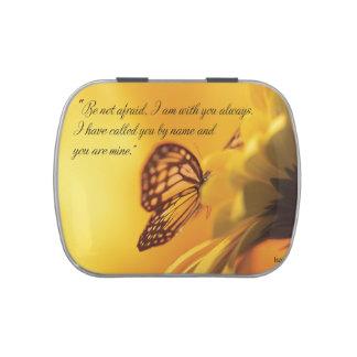 No sea mariposa religiosa asustada en margarita latas de caramelos