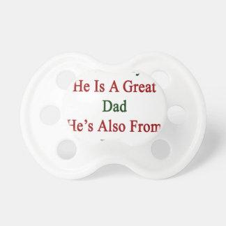 No sólo él es un gran papá que él es también de chupete de bebé