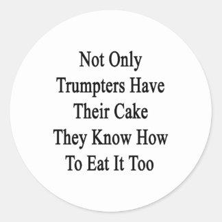 No sólo los trompetistas tienen su torta que saben etiqueta redonda