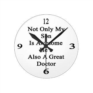 No sólo mi hijo es impresionante él es también un reloj redondo mediano