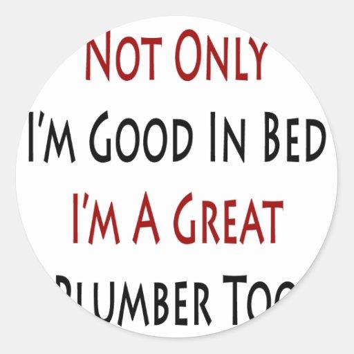 No sólo soy bueno en cama que soy gran fontanero pegatina redonda
