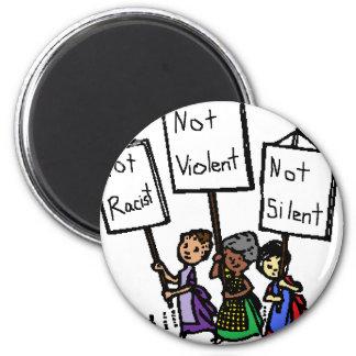 ¡No somos racistas, violentos, o silenciosos! Imán Redondo 5 Cm