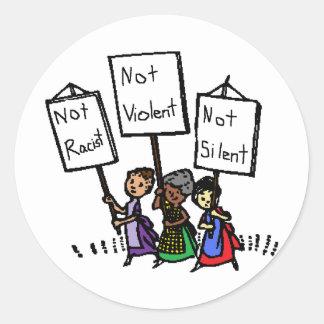 ¡No somos racistas, violentos, o silenciosos! Pegatina Redonda