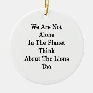 No somos solos en el planeta pensamos en Lio Adorno Redondo De Cerámica