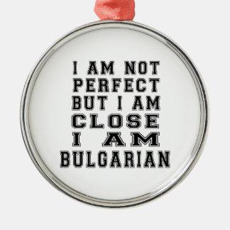 No soy perfecto sino que estoy cercano, yo soy adorno redondo plateado