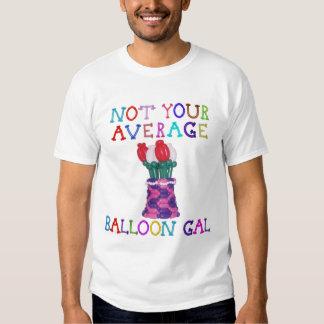 No sus flores medias del galón del globo en cesta polera