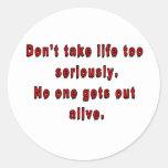 No tarde la vida demasiado seriamente pegatina redonda