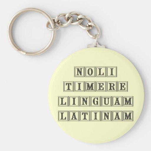 No tema la lengua latina (latina) llavero redondo tipo pin