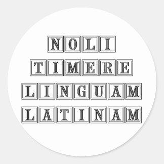 No tema la lengua latina (latina) pegatina redonda