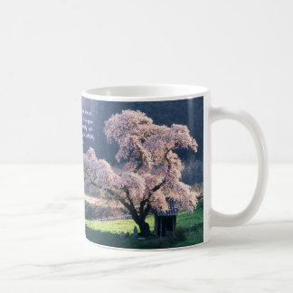 No tema la taza de café de la flor de cerezo del ~
