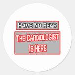 No tenga ningún miedo. El cardiólogo está aquí Etiqueta Redonda