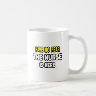 No tenga ningún miedo la enfermera está aquí tazas