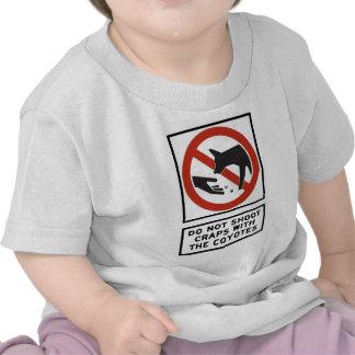 No tire las mierdas con la muestra de la carretera camiseta