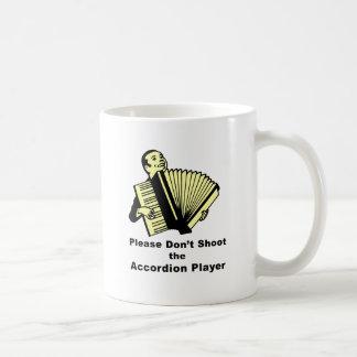 No tire por favor al jugador del acordeón taza