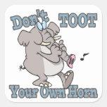 no toot su propio dibujo animado del elefante del pegatina cuadrada