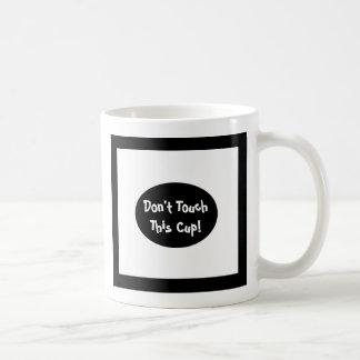 No toque esta taza, taza diseñada blanco y negro