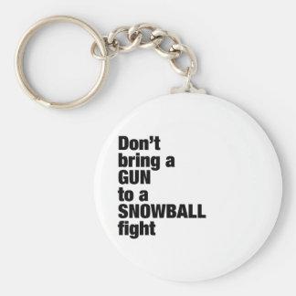 No traiga un arma a una lucha de la bola de nieve llavero redondo tipo pin