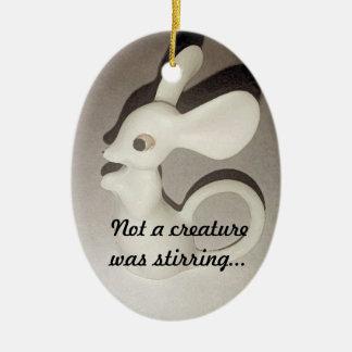 No una criatura revolvía el ornamento adorno navideño ovalado de cerámica
