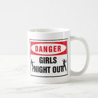 noche de los chicas del peligro hacia fuera taza clásica