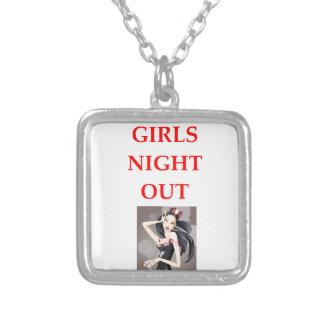 noche de los chicas hacia fuera colgante cuadrado