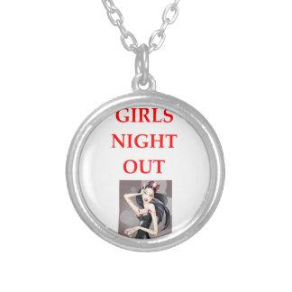 noche de los chicas hacia fuera colgante redondo