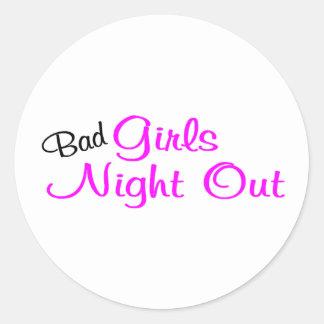 Noche de los chicas hacia fuera pegatinas redondas