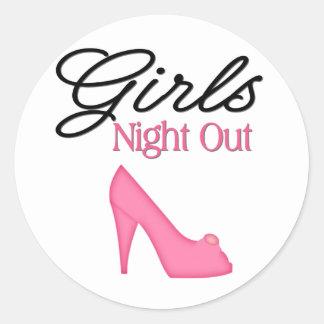 Noche de los chicas hacia fuera pegatina redonda