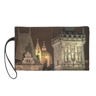 Noche de Praga de las torres del puente de Charles