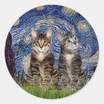 Noche estrellada - dos gatos de tigre del Tabby Pegatina Redonda